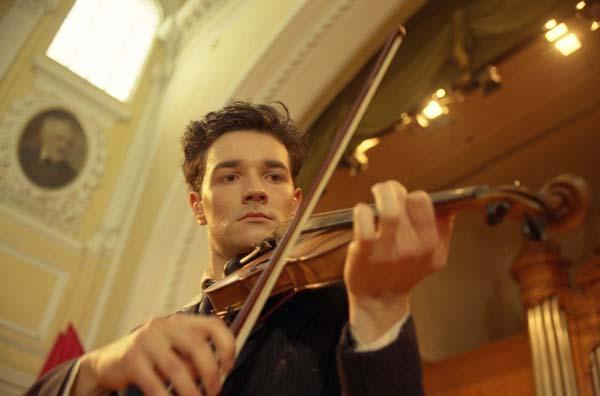 Егор играет на скрипке