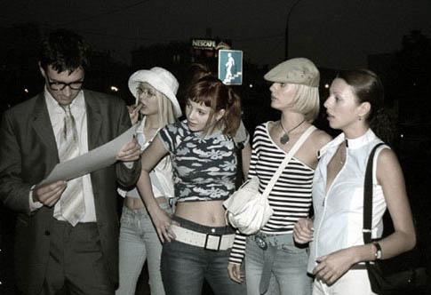 """Девушки из группы """"Любовные истории"""" и Егор, читающий текст"""
