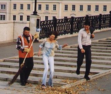 Егор, Майя и Валерий Белоцерковский на лестнице (кадр из клипа)